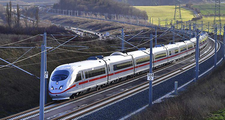 Ett snabbt tåg åker på ett spår i Tyskland.