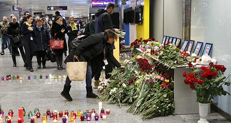 Folk lämnar blommor på flygplatsen i Kiev i Ukraina. Planet i Iran skulle ha landat där.