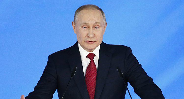 Vladimir Putin i kostym och röd slips.