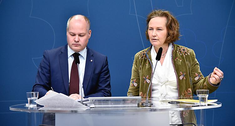 De två talespersonerna framför varsin mikrofon.