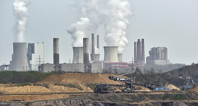 Fabriker med skorstenar som släpper ut rök.