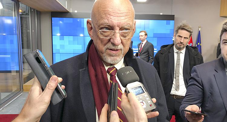 Många vill intervjua honom och sträcker fram mikrofoner