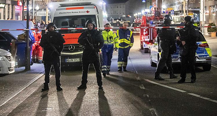 På bilden syns poliser, ambulanser och sjukvårdspersonal