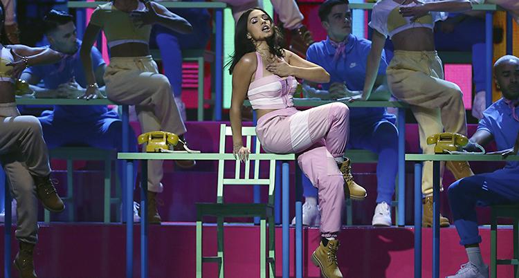 Mabel i rosa byxor och top sjunger på Brit Awards.