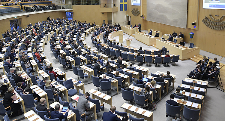 Politiker sitter i halvmåneform i riksdagen