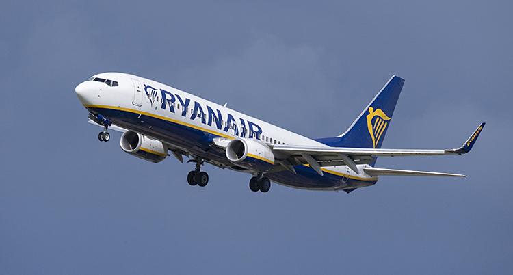 Ett flygplan från Ryanair i luften.