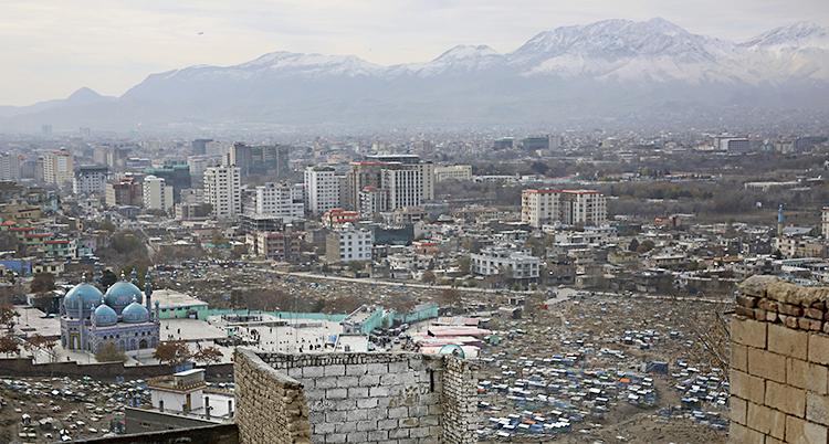 En bild över staden. I bakgrunden finns höga berg.