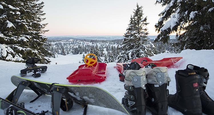 Pulkor, skidor och pjäxor på en fjälltopp