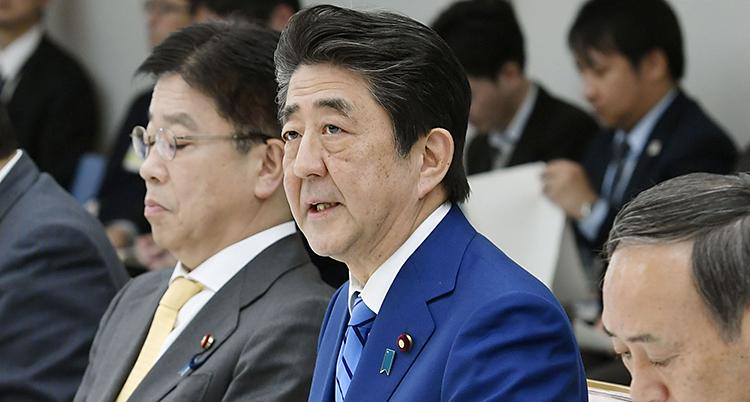 En närbild på Abe. Han ser allvarlig och bekymrad ut. Runt honom är bara andra män.