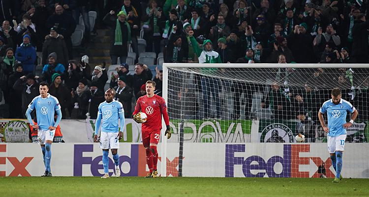 Malmös målvakt går med bollen under armen. Spelarna nära honom tittar i marken och ser deppiga ut