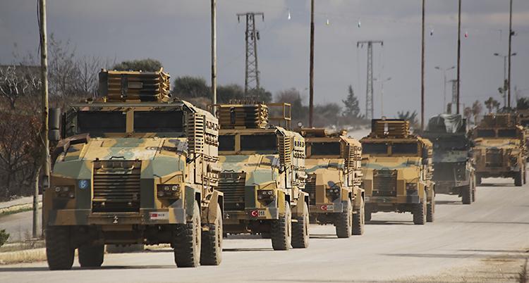 Militärernas bilar kör efter varandra på en väg