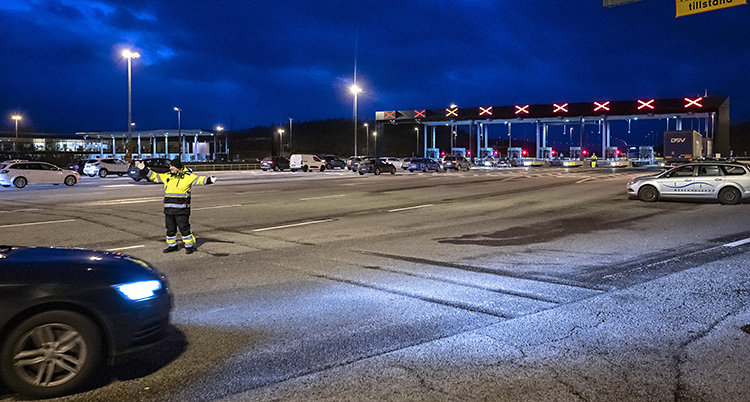 Bild på en avstängs Öresundsbro. Det är kväll och nästa inga bilar på bron.
