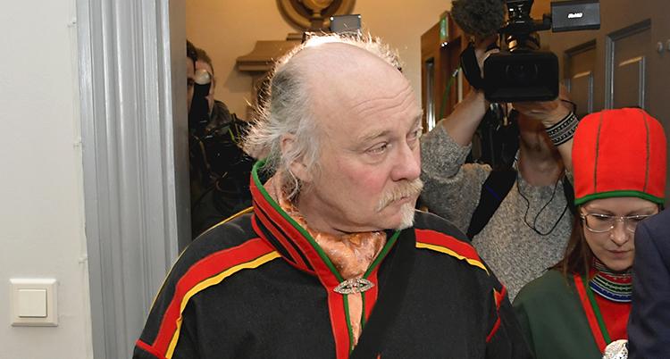 Matti Berg ser allvarlig ut. Han är kladd i en samisk dräkt och tittar åt sidan