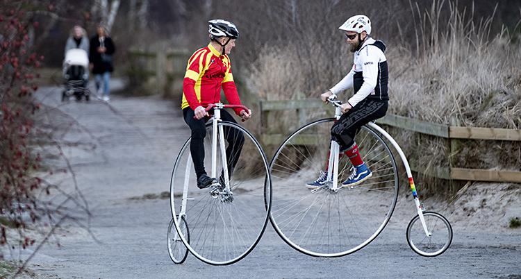 Mattias Nordström sitter på en varsin höghjuling. Cyklarna har ett stort hjul är fram och ett litet där bak.