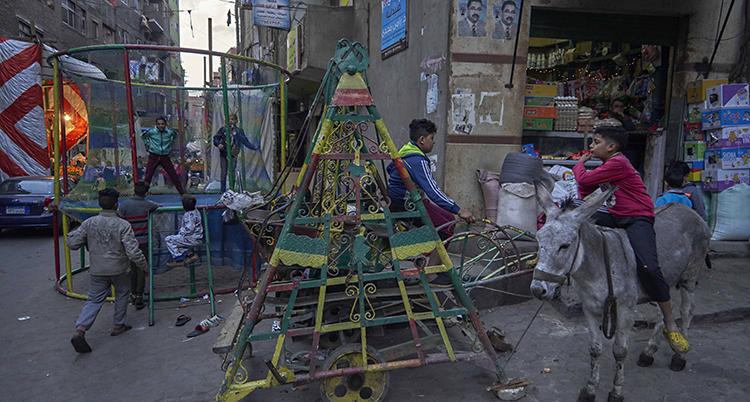 Barn leker på gatan i Kairo i Egypten.