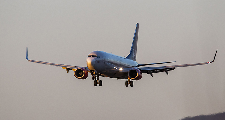 Ett flygplan flyger i luften.