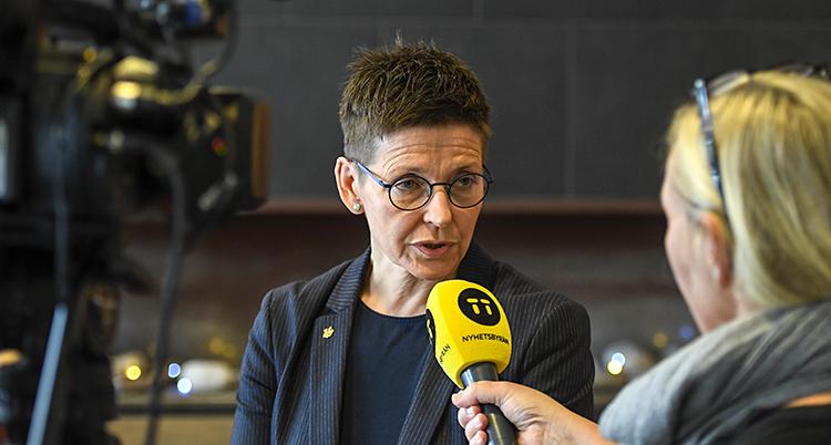 Ann-Sofie Hermansson blir intevjuad. Hon har en gul mikrofon framför sig.