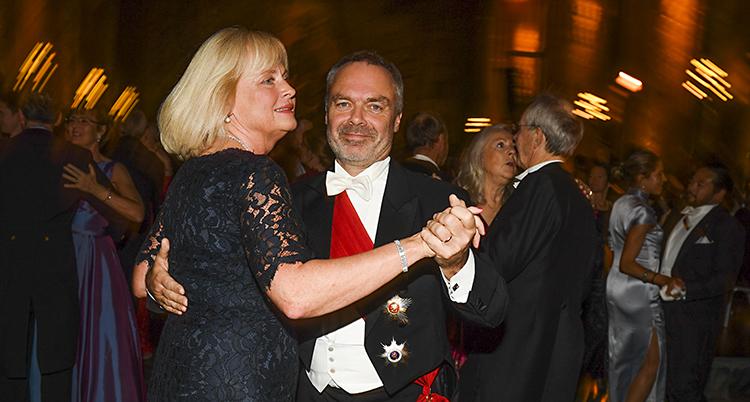 Bilden är från Stadshuset i Stockholm. Det är Nobelfest och mycket folk. Folk dansar. Närmast kameran dansar Jan Björklund och hans fru Anette Brifalk.