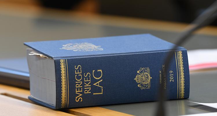 En bild på Sveriges lagbok. Den är tjock och blå.
