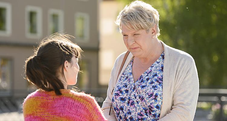 Vi ser en bild från filmen Min pappa Marianne. Skådespelarna Hedda Stiernstedt och Rolf Lassgård står och pratar med varandra, utomhus.