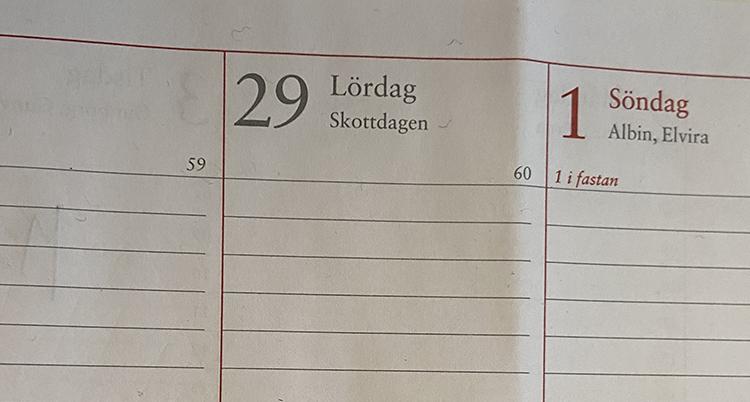 En bild på en almanacka och dagen. Det står 29 lördag skottdagen i den.