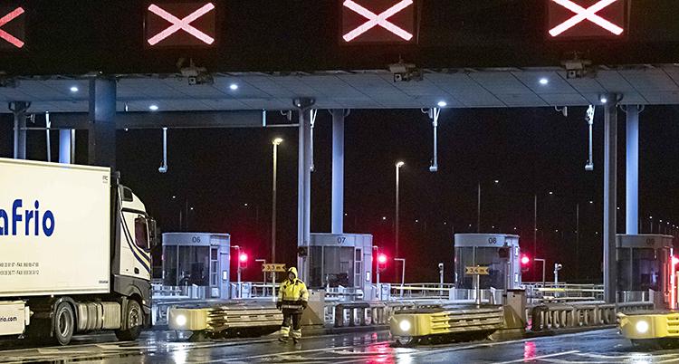 Kontrollen vid Öresundsbron. Alla lysen är röda. Ingen får köra upp på bron.