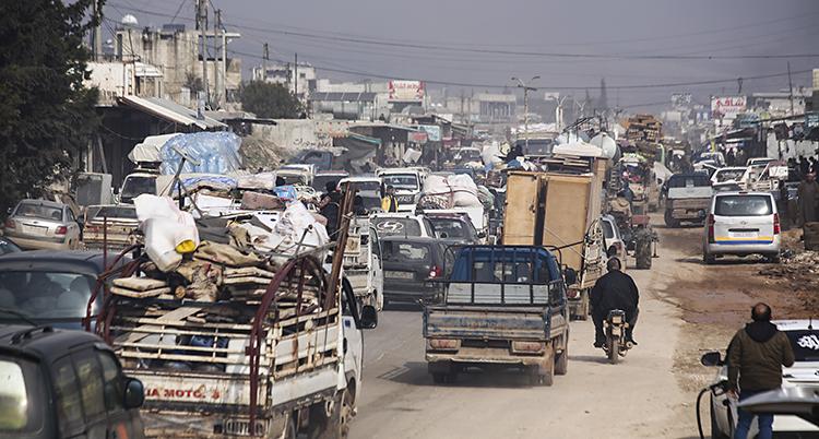 Massor av bilar packade med saker åker på en väg.
