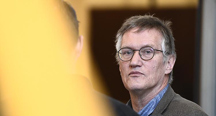 Anders Tegnell är expert på smittor. Han har glasögon och lite grått hår.