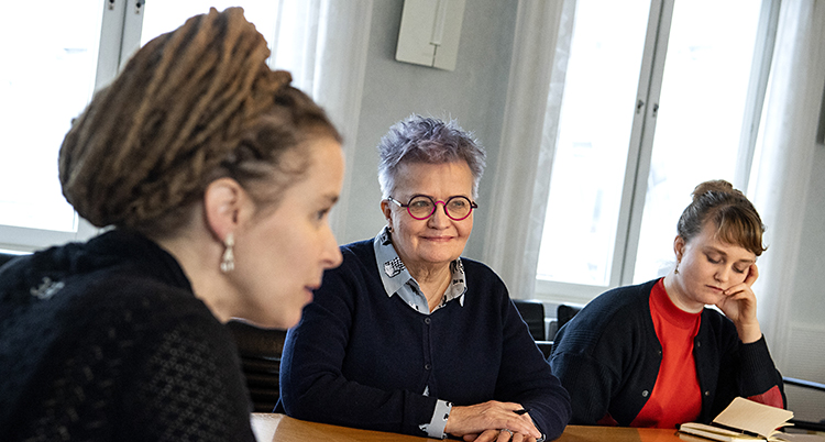 De tre kvinnorna sitter vid ett bord