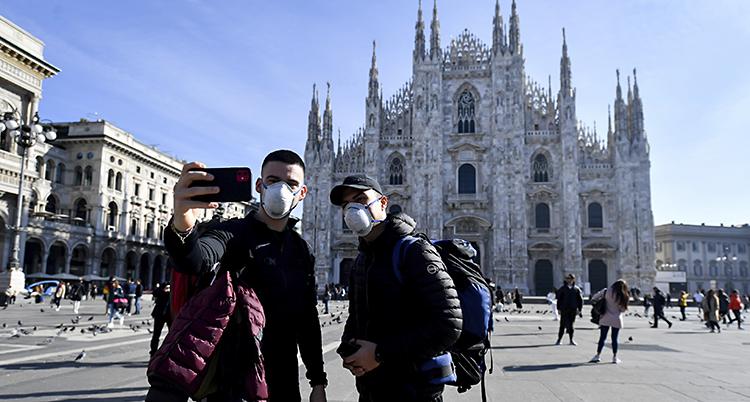 Två turister i Italien. De har munskydd för att inte bli smittade.