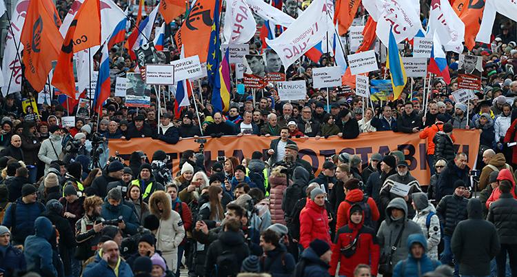 En stor folksamling med banderoller.