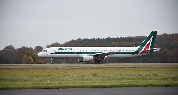 Ett flygplan som landar. Det står Alitalia på flygplanet.