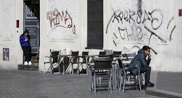 Tomma stolar på ett kafé