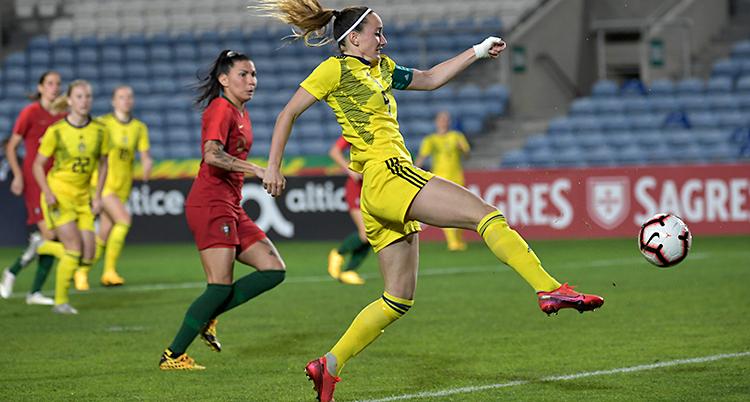 Bilden visar en match i fotboll. Portugal har röda kläder. Sverige har gula kläder.