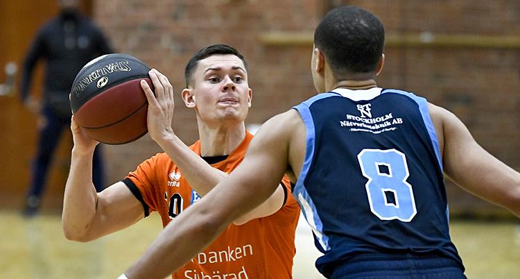 En spelare i Borås har bollen vid sidan av huvudet. En spelare står med ryggen mot kameran.