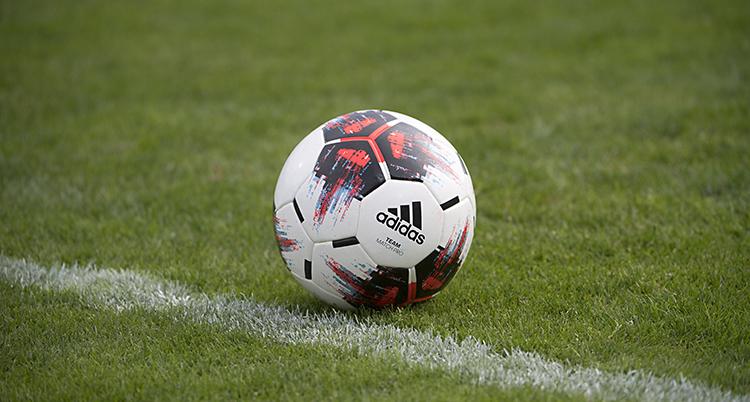 En fotboll ligger på en gräsmatta