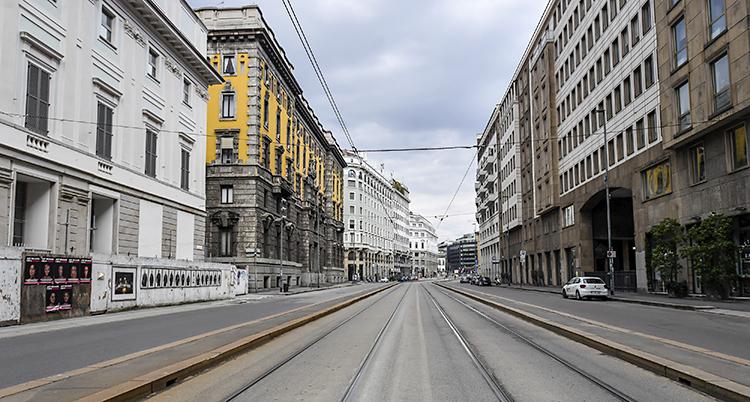 En lång, tom gata