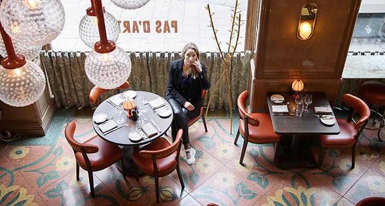 Anna Sjödin sitter på en tom restaurang.
