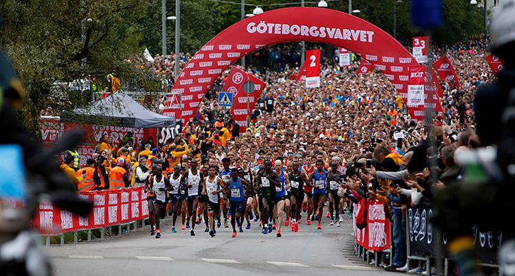 Bilden visar en massa löpare som springer på en gata i Göteborg.