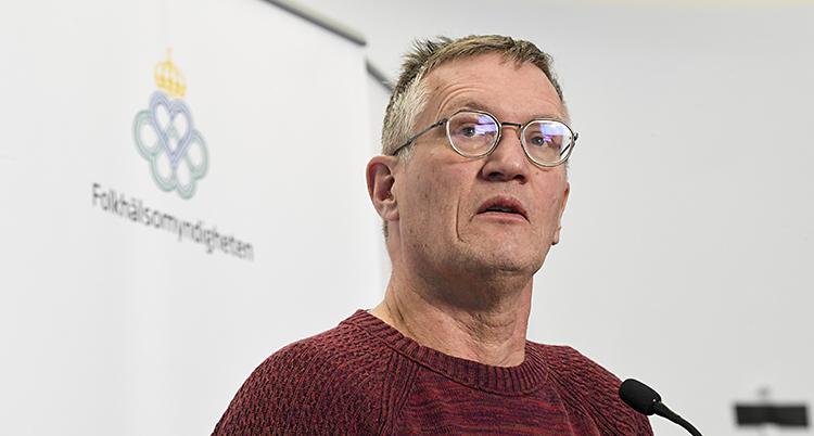 En medelålders man med glasögon och grått hår