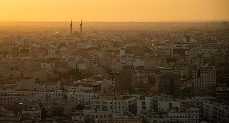 Bilden är tagen högt uppifrån. Den visar en stad.