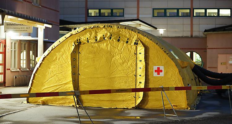 Ett gult tält med röda korsets märke.