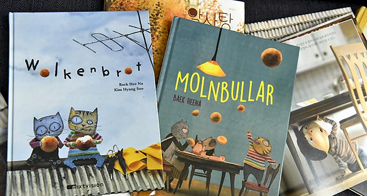 Bild på två böcker. De har alla katter på omslagen.