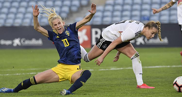 Spelaren Sofia Jakobsson ramlar på planen.