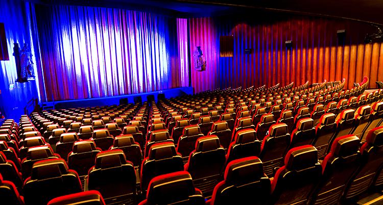 Alla stolar på bion är tomma.