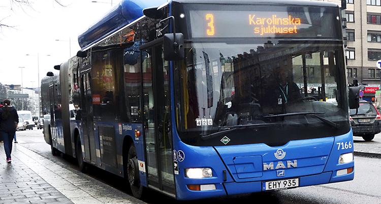 En blå buss står stilla.