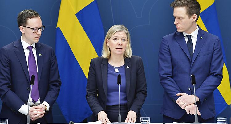 Mats Persson från Liberalerna, finansminister Magdalena Andersson och Emil Källström från Centerpartiet framför två svenska flaggor under en presskonferens i Rosenbad.