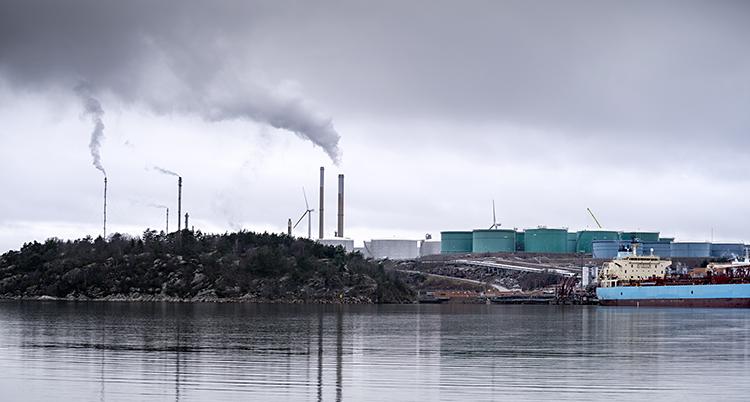 Företaget Preems fabrik i Lysekil. Rök syns från skorstenarna på fabriken.