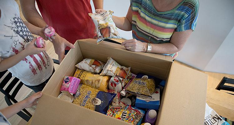 En låda med olika matvaror.