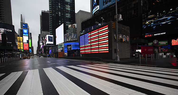 Bilden visar ett tomt Times Square. En känd plats i New York där det brukar vara mycket folk.
